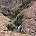 Da un po' più in alto si vede come l'acqua abbia profondamente inciso la roccia.