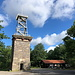 """Unterwegs in Almindingen - Ausnahmsweise startet unsere heutige Wanderung an einem Gipfel, am Rytterknægten. Auf der höchsten Erhebung Bornholms befindet sich der Aussichtsturm Kongeminde - 1856 als """"Denkmal für den König"""" errichtet. Später wurde der steinerne Turm noch mit einer Metallkonstruktion aufgestockt."""
