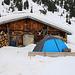 Gleich vor der Hütte auf der Surettaalp (1752m) stellte ich mein Zelt auf. In wenigen Schritten konnte ich zum Kochen flüssiges Wasser aus dem nahen Bach schöpfen, zudem baute ich mit den Rundhölzern ein Windschutz fürs Zelt und nutze sie als Tisch und Stuhl :-)