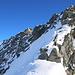 Hier hatten die vor einer Woche Skitourengänger ihr Skidepot genacht und es waren auf dem Grat schwache Spuren sichtbar. Luftig mit leichter Kletterei, Pickel und Steigeisen folgte ich nun dem Südwestgrat.