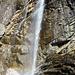 Cascata Calonico am Wanderweg gelegen mit diversen Pausenbänken.