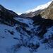 Ausfahrt auf Wanderweg (links) und Loipe (unten) nach Zinal. Rechts oben u.a. Bec de Nava, hinten der Wildstrubel