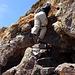 Die Schlüsselstelle der Tour, der [wand124118 Summit step]. Ein 2er, der allerdings durch eine kleine, künstl. Treppe entschärft wurde. Achtung, auf wackelige Steine aufpassen! Wie schon [u trainman] sagte, ist die Stufe zwar nicht ausgesetzt, aber auf Felstrümmer zu fallen ist auch nicht sehr angenehm. Rechts neben meinem Knie gibt's noch einen hilfreichen Tritt, und oberhalb der Stufe kann man die Hand in einem bombenfesten Spalt verklemmen. D.h. wenn man so ein langer Lulatsch ist wie ich!