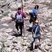 """Die Gruppe Bergsteiger, die ich vorher auf dem Gipfel gesehen habe. Interessant auch ihre Ausrüstung: Solche """"Alpenstangen"""" werden anscheinend auch außerhalb der Alpen benutzt."""