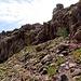 Dieses Bild gibt einen guten Eindruck vom weglosen aber einfachen Gehgelände oberhalb des [p First step]. Die hier sichtbare, zweite Felsbarriere wird durch eine kleine, gut begehbare Rinne (I, [p Brecha]) überwunden (Bildmitte).<br /> <br />