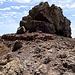 Nach der [p Brecha] wird das Gelände wieder sehr einfach - fast schon eben. Jetzt gilt es nur noch, den ca. 10m hohen Gipfelblock zu überwinden. Dazu wird der senkrechte Fels hier links (östl.) umgangen.<br />