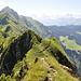Vor uns die grünen Buckel der Roten Chöpf (P. 1999), des Äbneter Stöckli (2087 m) und des Diepen (2222 m) als höchste Erhebung am Grat zwischen Rophaien und Firtiggrätli.
