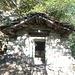 Im Bergwald komme ich an einer dem Verfall preisgegebenen Hütte vorbei.