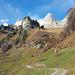 Zustieg vom Lüsis zum Valsloch und zur Rosskirche von Vorderbüls aus. Das Valsloch und die Rosskirche sind rechterhand von Bäumen verdeckt