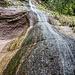 ... aber jetzt ist der Wasserfall sozusagen in die rechten Ecke gewandert. Wir beschliessen, dass so ein schöner Ort der perfekte Platz für ein erstes Veschper ist.
