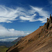 Schleierwolken über brüchigen Felsformationen und dem Skeidararjökull