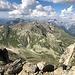 Gipfelschau gen Nordost auf den Kamm der Hinteren Rendlspitze mit ihrem giftgrünen Fels. Dahinter die anderen Erhebungen der Rendlgruppe, mit der Hochkarspitze in ihrer Mitte. In der Ferne dann unter anderem die Vorderseespitze in den Lechtaler Alpen.
