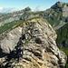 Blick vom hinteren Rossstock auf den vorderen Gipfel, rechts hinten die Glärnischhütte