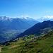 Vom Gratweg hat man die Walliser Alpen auf der linken Seite im Blickfeld...
