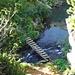 Eine kleine Brücke führt über den Ausfluss des Sees...