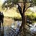 Nei pressi della spiaggia selvaggia il lago ha esondato e coperto il sentiero d'acqua. Passaggio obbligato.