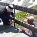 Stefan und Fredi beim Demontieren des Geländers auf der alten Terrasse West