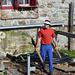 Stefan entrümpelt das Altholz unter der alten Terrasse