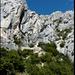 Ermitage de Saint Ser: Einsiedelei in den Felsen. Der steile Weg zieht dann rechts an der Einsiedelei vorbei in den Felsen auf die Krete hoch und ist teilweise mit Ketten gesichert.
