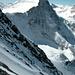 Etwas nach rechts überdrehte Aufnahme von Gipfelgrat aus: W-Flanke und Mönch