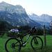 Bike mit Wanderequipment, dahinter Zallershorn, Bire, Doldehorn und Fisistock (v.l.)