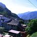 Der Regionalzug rauscht in flottem Tempo durchs Valle d'Ossola.