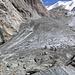 Hier noch den Gletscherschutthang hoch und dann links zu den Eisenleitern.. Im Zoom sind dort ein paar Leute gerade dabei...