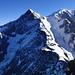Erste Ziel für morgen, die Aiguille de Bionnassay (4052m), am Grat gehts kombiniert recht geschmeidig hoch. Einzig kurz vorm Gipfel die senkrechte Stelle erfordert ca 60hm sicheres IIer und kurz IIIer Klettern.Und unten ganz schwach die Ref.Durier zu sehen.