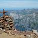 Gipfelkreuz auf dem Bristen mit Blick gegen Norden