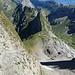 Blick vom Altmann-Sattel hinunter zum Löchlibettersattel und auf die weitere Traverse der mittleren Alpsteinkette