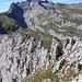 Blick zum zackigen und teils messerscharfen Grat, der den Gipfel des (Fälen-)Schafbergturms nach Norden hin begrenzt. Da ich über die Nordseite entlang der Westkante hochkletterte, kam ich noch in den Genuss, diesen Grat in der linken Bildhälfte zu überschreiten...