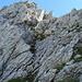 Meine Aufstiegsroute auf den Schafbergturm führte erst über diese schwach ausgeprägte Fels-Schrofenrinne in der Nordflanke. Etwa in der Mitte der Wand querte ich nach rechts zur Westkante (ausserhalb des Bilds), die Rinne kann aber auch gut bis zum Gipfelgrat verfolgt werden