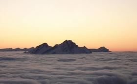 Pilatus über dem Nebelmeer im Abendrot