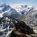 Genau über des Südgrates das Massiv des Piz Roseg. Unten rechts der Bildmitte das Berghaus an der Fuorcla Surlej mit kleinem Seelein