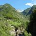 Häuser von Monte di Predee mit Corona di Redòrta weit hinten im Tal