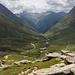 Blick vom Aderkamm im Dorfertal nach Süden, hinten links der spitze Gipfel ist der Lasörling, das weite Tal rechts daneben ist das Lasnitzental. Der markante Gipfel rechts ist die Schlüsselspitze. Unten in der Mitte die Johannishütte, erste Etappe des Großvenediger-Südanstiegs (Bild vom 2008-Virgental Urlaub).