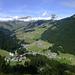 Postkartenidylle: Damüls mit seiner teilweise noch grünen Pisten-Almen-Landschaft. Hinten die markante, schneebedeckte Damülser Mittagspitze.