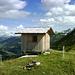 Hart am Abgrund, aber mit unvergleichlicher Aussichtslage über dem Talgrund von Damüls...Vorsicht ist geboten rund um die Hütte liegen Kuhfladen in signifikant erhöhter Anzahl.
