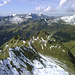 Eine luftige Gratkante zieht hinüber zum Kl. Damülser Horn - die eigentliche Anstiegsweg führt, nach kurzen Abstieg vom Schluchtensattel, über die Schneerampe unten.