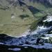 Unklare Wegführung - wo geht's durch?<br />Erst am untersten Ende des Schneefeldes rechts, quert der Pfad mit einer scharfen Wendung die sichtbare Geländestufe und das Buschdickicht