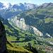 Der Tief- und Fernblick vom Ausssichtspunkt nahe beim Berggasthof. das Lauterbrunnertal mit Wengen und Lauterbrunnen im Talgrund und dem vergletscherten Talschluss.