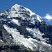 Der stark vergletscherte Mönch überragt die leine Scheidegg um mehr als 2km.