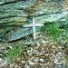 Am Aufstieg von Carugo nach Bercögn - bescheidenes Kreuz vor dem tiefen Graben.