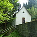 Hauskapelle (Norsa Dunna della Neiv) und Trinkbrunnen mit dem Mineralwasser (bittersalzhaltige Gipsquelle)
