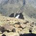 Blick vom Gipfel auf die steilen Felsabbrüche der Kreuzspitze