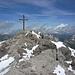 Hinter einem fast gleich hohen Vorgipfel verbirgt sich das riesige Gipfelkreuz der Mohnenfluh. Rechts hinten der Gr. Widderstein.