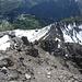 Bereits wieder im Abstieg im obersten Teil des Gipfelgrates. Unten die Bergstation der Steinähderbahn; links daneben das Gipfelchen des Zuger Hochlichts. Noch tiefer drunten, die Bergstation am Kriegerhorn (2172m)