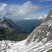 """Tiefblick ins Tal der Bregenzer Ache. Rechts in der Ferne (tw. in Wolken) der Diedamskopf rechts davor die <a href=""""http://www.hikr.org/tour/post26155.html""""><strong>Üntschenspitze</strong></a>. Links die Hochkünzelspitze."""