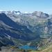 Vorne der Oeschinensee, Kandersteg im Tal, links hinten Steghorn und Wildstrubel, mitte hinten das Wildhorn, mitte ganz hinten Les Diablerets, rechts der Mitte Gross Loner