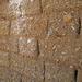 I tipici mattoni in fango e paglia con cui sono costruite le case.